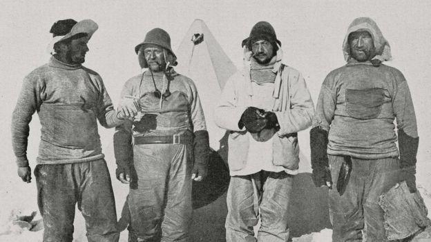 Miembros de la partida de rescate que halló los cuerpos de Scott y sus compañeros de expedición