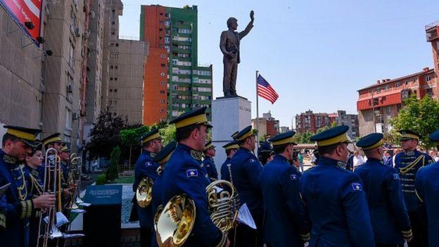 Kosova'da, savaş döneminde ABD'den gelen yardımlardan sonra dönemin ABD Başkanı Bill Clinton'ın heykeli dikildi