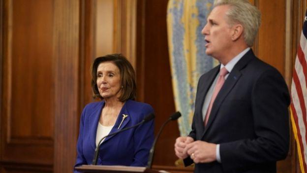 Nancy Pelosi e Kevin McCarthy em coletiva de imprensa sobre pacote de estímulo à economia americana