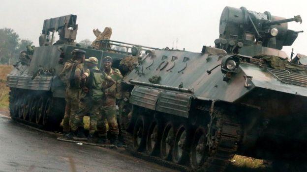 Wanajeshi wakiwa na magari ya kivita viungani mwa Harare, Zimbabwe jana Novemba 14,2017