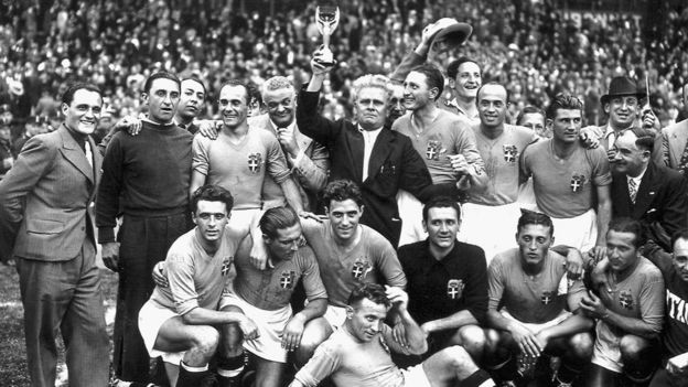Сборная Италии с трофеем ЧМ 1938 года