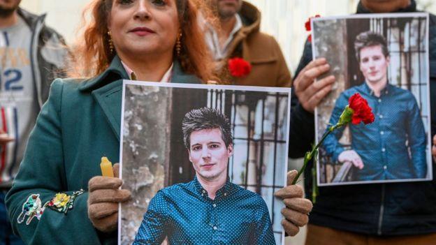 Gente pidiendo la liberación de Rui Pinto.