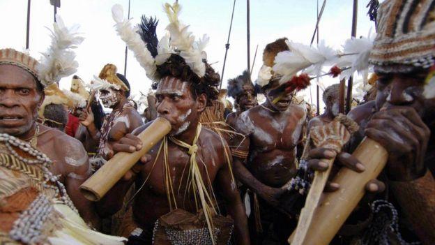قبيلة أسمات في بابوا تمارس الرقص التقليدي لديها