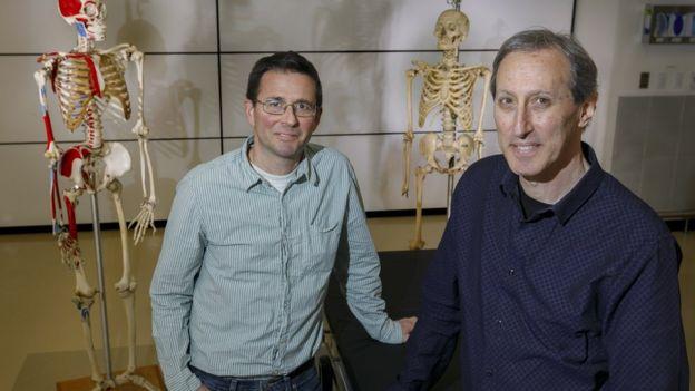 Los doctores Cam Walker y Mark Hankin de la Universidad de Salud y Ciencia de Oregon.