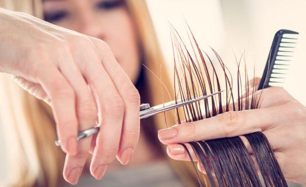 Cabeleireiro cortando cabelo