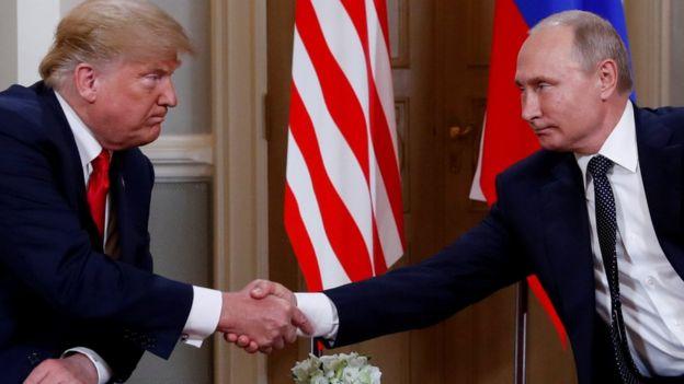 特朗普與普京握手