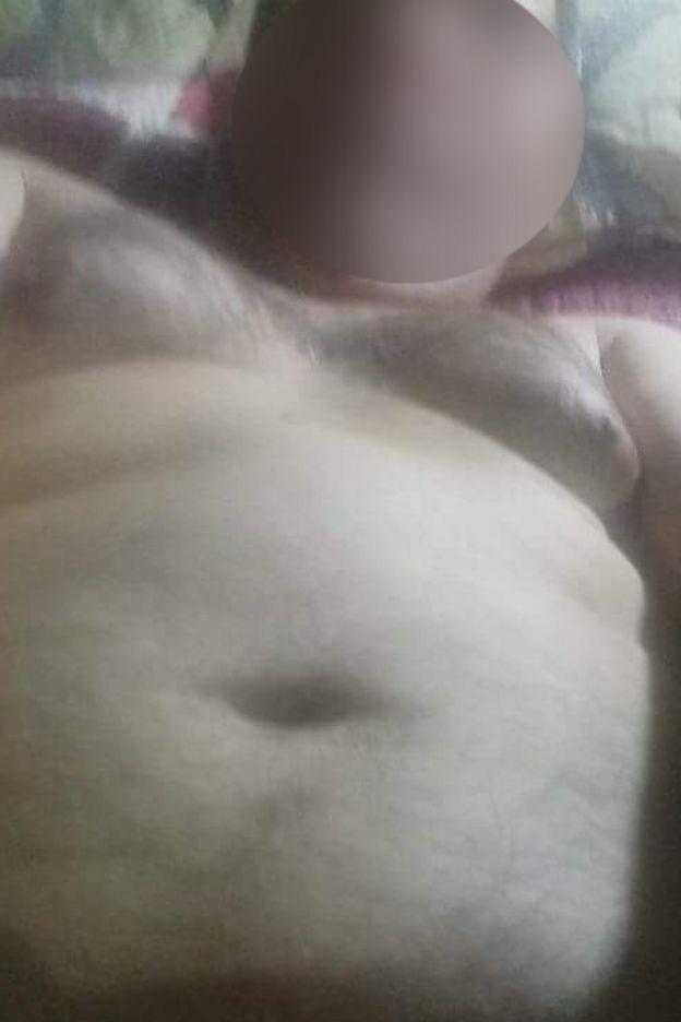 Sacerdote semidesnudo en la cama