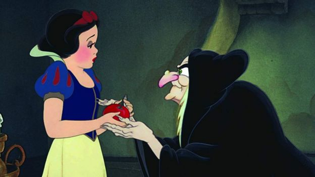 Blancanieves con la bruja que le da la manzana envenenada.