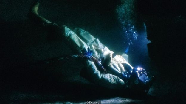Buzo en el fondo del mar.