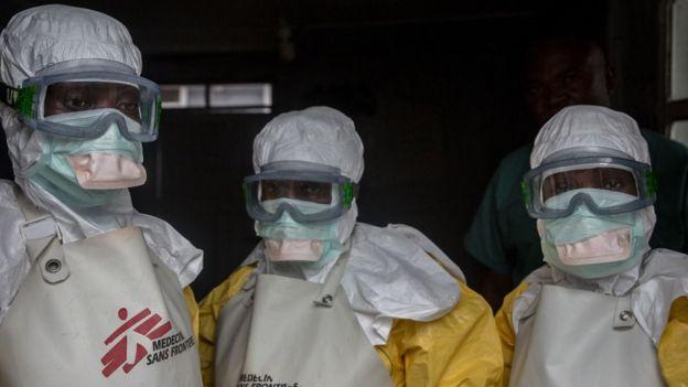 Personal médico con ropa protectora antes de ingresar a un área de aislamiento en un centro de tratamiento del ébola en Goma.