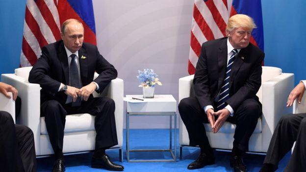 El presidente de rusia, Vladimir Putin, y el de EE.UU., Donald Trump, en julio de 2017.