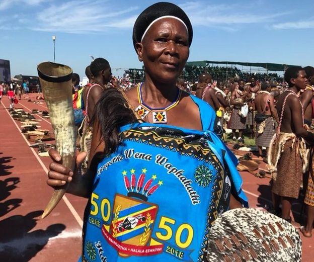 Mujer celebra el 50 cumpleaños del rey de Swazilandia