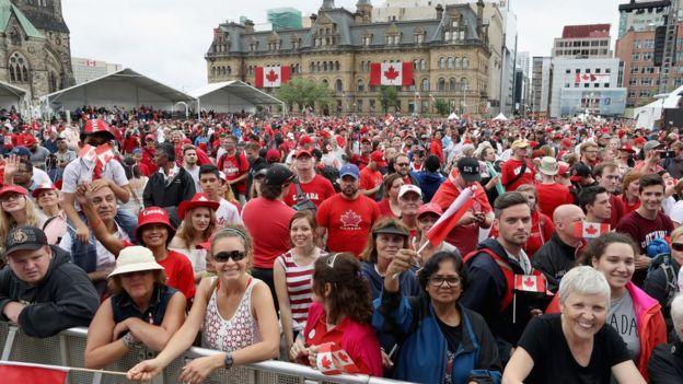 參加在加拿大首都渥太華國慶活動的民眾