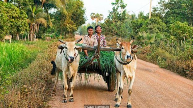 Dọc hành trình một giờ từ Siem Reap đến đền Beng Mealea sẽ gặp nhiều người dân địa phương.