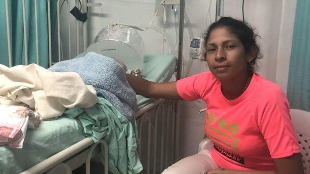 María com o filho em hospital em Cúcuta