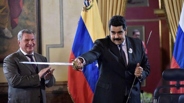 Igor Sechin y Nicolás Maduro en Caracas