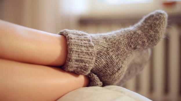 Piernas con medias de lana.