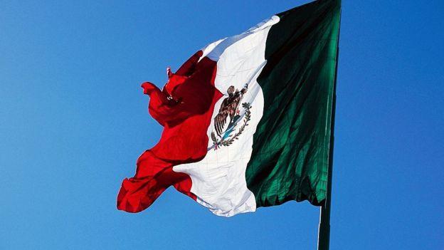 Bandera mexicana ondeando.