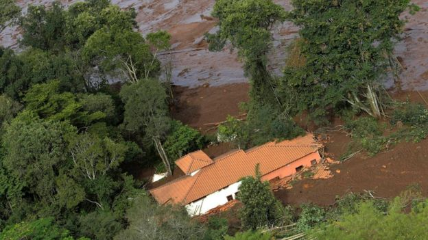 casa coberta por lama