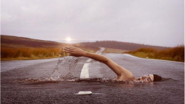 """Mulher """"nada"""" em estrada asfaltada"""