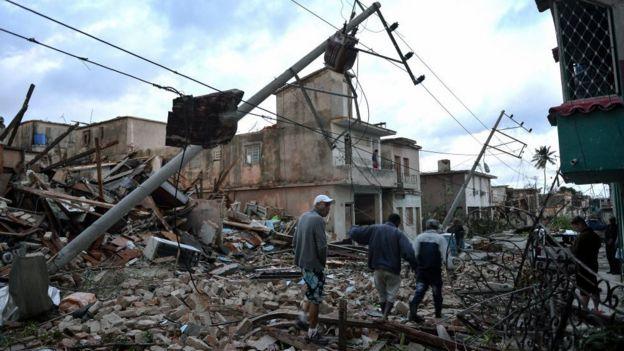 Calle de La Habana que muestra destrozos.