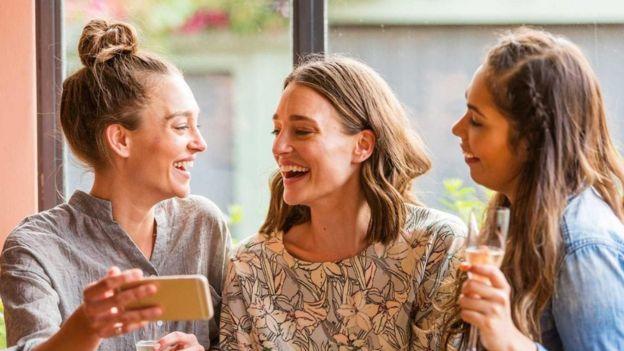 تنزع النساء للمبالغة في تصور مدى جاذبية صديقاتهن المقربات، مقارنة بما ترينه من جاذبية تتسم بها النسوة الغريبات عنهن