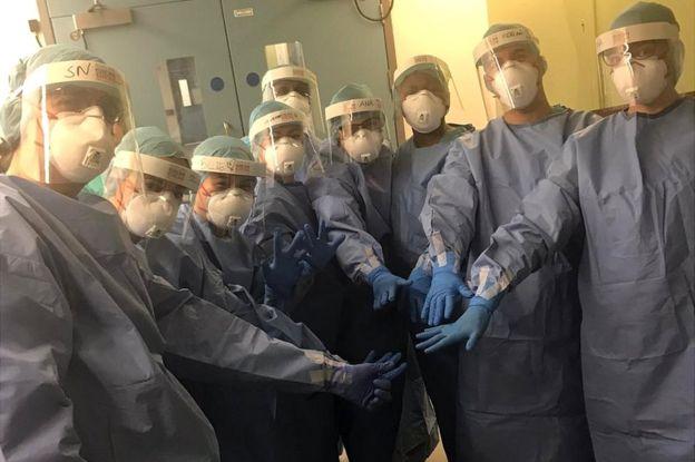 Медсестры и медбратья в защитной форме перед началом смены