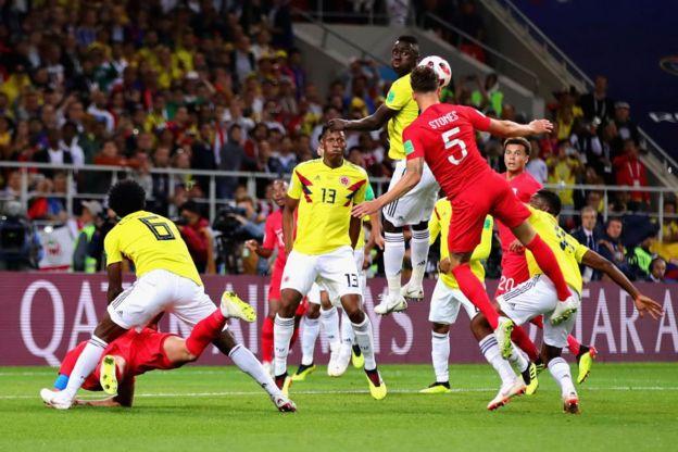 Sánchez está encima de Kane cometiendo la falta del penalti.