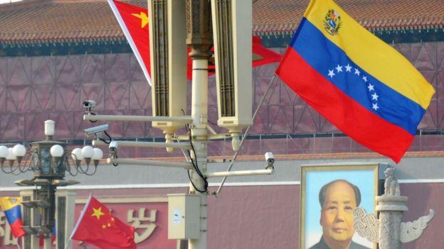 Bandeiras chinesas e venezuelana, hasteadas na China
