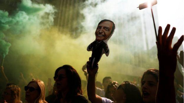 Manifestante levanta boneco que representa Jair Bolsonaro em São Paulo