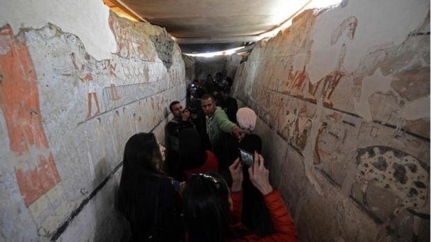 Гробница была обнаружена при раскопках примерно в 20 километрах к югу от пирамиды Хеопса в Гизе, сообщает министерство по делам памятников древности Египта