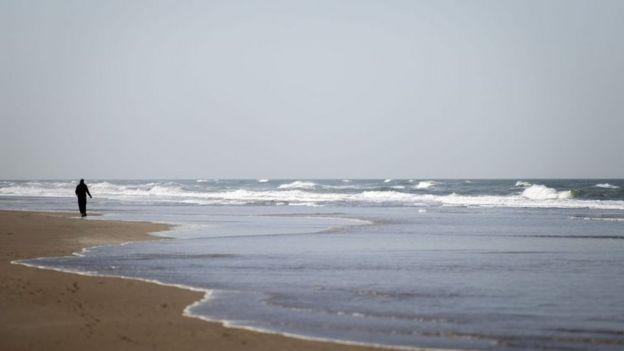 Las panaderías pueden seguir funcionando pero las playas están casi desiertas.