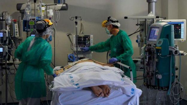 Respiradores artificiales y camas de cuidados intensivos son claves para tratar a los enfermos de coronavirus.