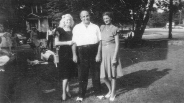Mae (izquierda) acompañó a su esposo Al Capone (centro) durante tres décadas, incluso en los últimos años cuando la sífilis le provocó daños mentales. (Foto: gentileza Mario Gomes - Myalcaponemuseum.com)