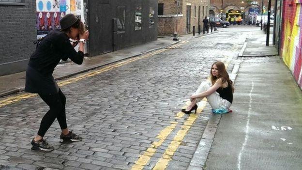 Saskia Nelson saat sedang bekerja (foto: BBC.com)