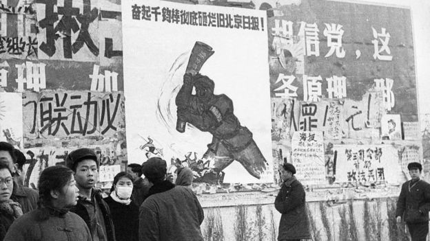 """在这场针对方方和她支持者的攻击中,一些人在其中看到了上世纪六十年代""""文化大革命""""重现迹象。图为文革期间北京一面墙上贴满了大字报。"""