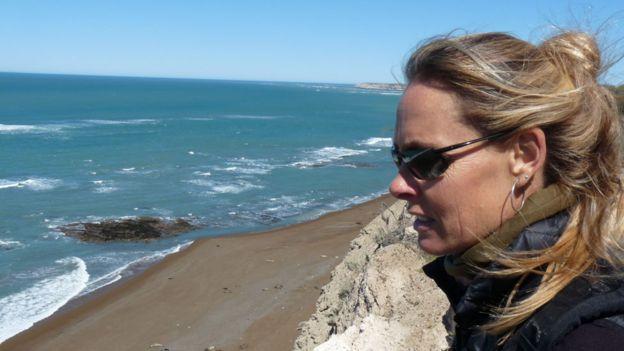 Marcela Urhart frente al mar
