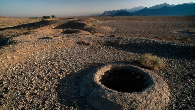 حفر القدامى تلك الحفر التي بدت كأعشاش النمل وصولا إلى المياه الجوفية