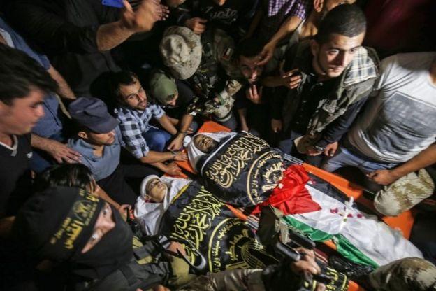 Warga Palestina menghadiri pemakaman anggota milisi Islamic Jihad, Ahmad Sharab dan Haytham Albikri, di Jalur Gaza bagian selatan (14/11).