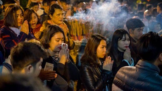 """""""Đi chùa đầu năm xuất phát từ mong muốn tìm một lòng tin nào đó,"""" theo bà Giang Hà, nhà nghiên cứu triết học phương Đông."""