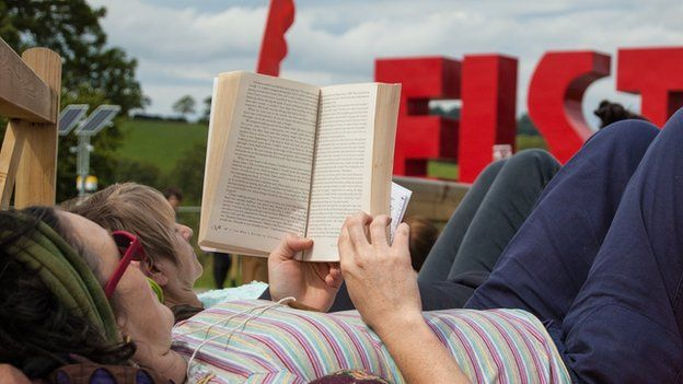 Lle perffaith i roi trwyn mewn llyfr // The perfect setting for a good read
