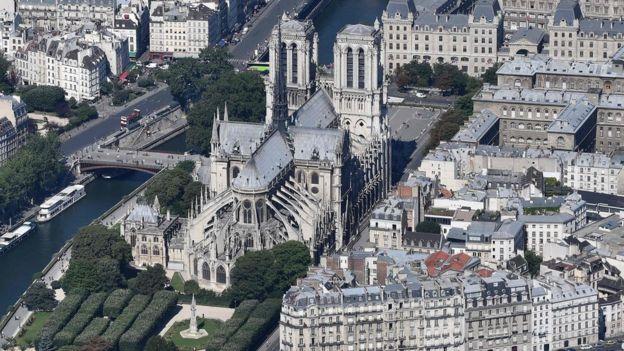 Vista aérea da catedral de Notre-Dame, na Île de la Cité