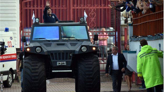 Maradona en un vehículo militar.