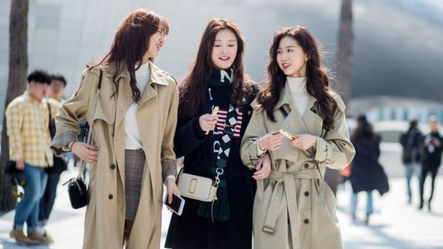 穿着风衣的模特在Hera首尔时装周2018年被看见