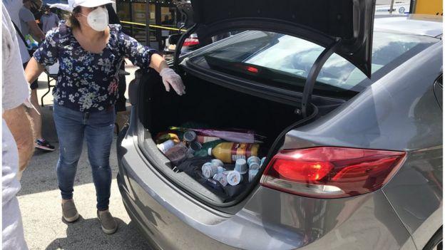 Romina Orozco ante el maletero de un auto en Miami Beach