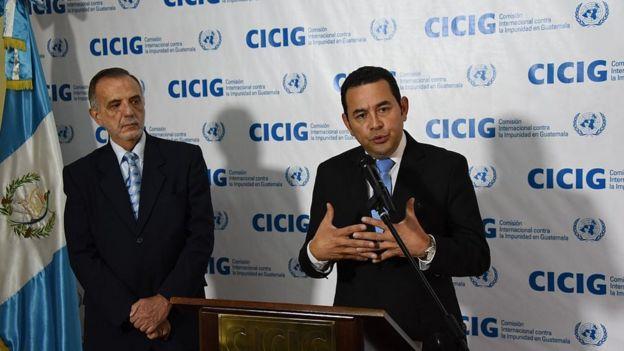 Jimmy Morales junto a Iván Velásquez