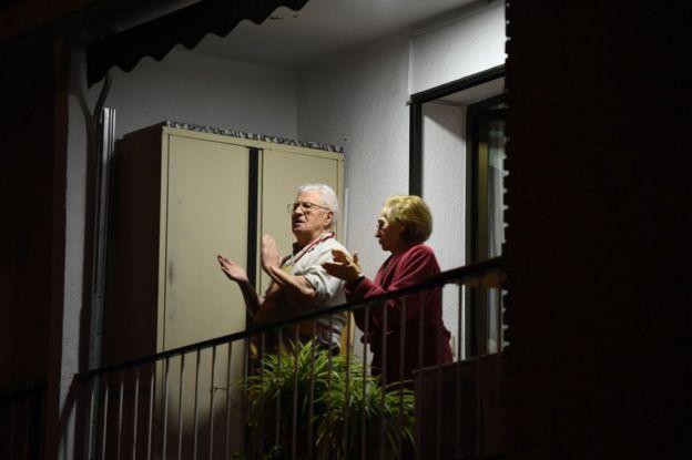 Ancianos aplauden desde el balcón en España