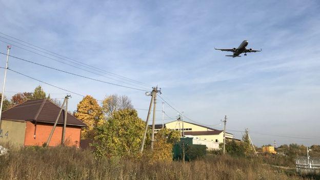 Самолет садится над деревней Перепечино