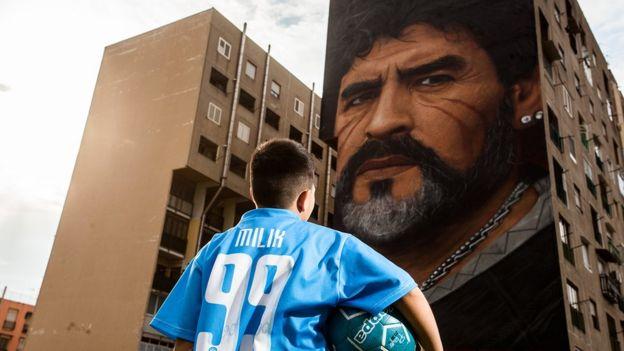 گرافیتی مارادونا بر ساختمانی در ناپل ایتالیا