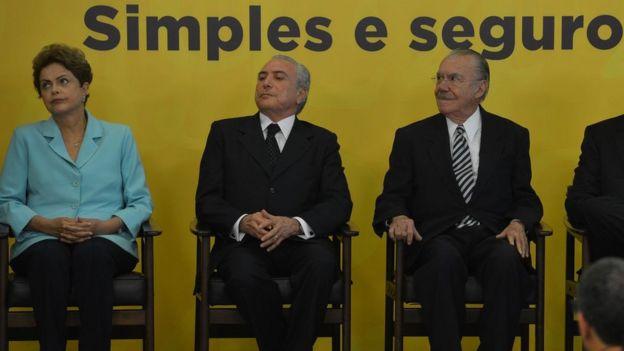 A então presidente Dilma Rousseff; vice-presidente Michel Temer; ex-senador José Sarney; e o ministro da Justiça, José Eduardo Cardozo, durante cerimônia em 2015